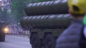 Samara, Ρωσία - 6 Μαΐου 2016: επίδειξη του στρατιωτικού εξοπλισμού για το στις 9 Μαΐου παρελάσεων στο μεγάλο πατριωτικό πόλεμο απόθεμα βίντεο