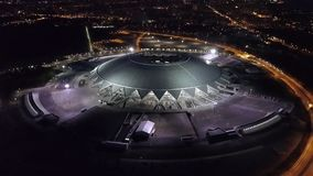 SAMARA, ΡΩΣΙΑ - ΤΟΝ ΙΟΎΝΙΟ ΤΟΥ 2018: η κάμερα πετά πέρα από το στάδιο χώρων της Samara στη νύχτα, Παγκόσμιο Κύπελλο το 2018 απόθεμα βίντεο