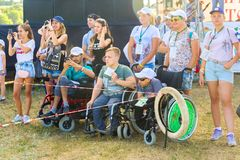 Samara, τον Ιούλιο του 2018: Χρήστες αναπηρικών καρεκλών με τους εθελοντές σ στοκ εικόνες με δικαίωμα ελεύθερης χρήσης