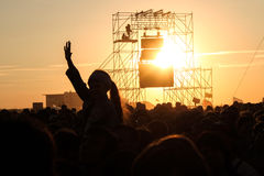Samara 12 06 2010: Το φεστιβάλ στο ηλιοβασίλεμα πολλοί άνθρωποι τραβά τα χέρια τους επάνω Στοκ φωτογραφία με δικαίωμα ελεύθερης χρήσης