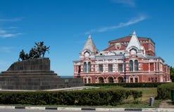 Samara Academic Theatre et le monument de guerre images libres de droits