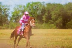 Samara, août 2018 : Course de chevaux au festival équestre images libres de droits