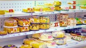 Samara, em janeiro de 2019: uma grande seleção dos bolos de esponja na prateleira de loja foto de stock