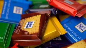 Samara, Federación Rusa - 13 de agosto de 2018: Los chocolates del deporte de Ritter mini giran el fondo Deporte de Ritter - un p almacen de metraje de vídeo
