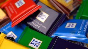 Samara, Federación Rusa - 13 de agosto de 2018: Los chocolates del deporte de Ritter mini giran el fondo Deporte de Ritter - un p almacen de video