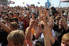 Samara 12 06 2010: Festiwal wiele ludzie ciągnie ich ręki up Fotografia Royalty Free