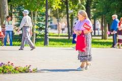 Samara, im August 2018: Ein Rentner geht zu einer Protestsammlung r stockbild