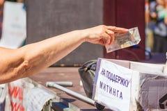 Samara, im August 2018: eine Hand, die Geld zur Nächstenliebe gibt stockfotos