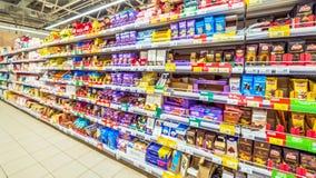 Samara, im August 2018: Schokolade und Gebäck auf dem Supermarktregal stockfoto