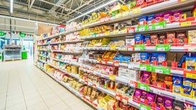 Samara, im August 2018: Schokolade und Gebäck auf dem Supermarktregal lizenzfreie stockbilder
