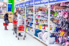 Samara, Januari 2019: een mooie rijpe vrouw kiest goederen in een grote supermarkt royalty-vrije stock foto's