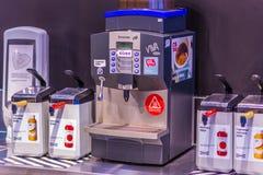 Samara, janvier 2019 : machine automatique pour le café se renversant photos stock