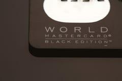Samara, lipiec 25 2016: Światowego MasterCard czerni wydania przywileju kredytowa karta Zdjęcia Royalty Free