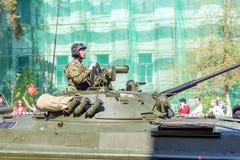 Samara Maj, 2018: en beväpnad soldat på den storslagna behållaren T-72B3 med en tung maskingevär arkivbild