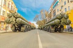 Samara, Maj 2018: Przeciwlotniczy system rakietowy SAM S-300 parkujÄ…cy w górÄ™ miasto ulicy na zdjęcie royalty free