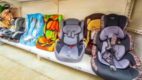Samara March 2019: le sedi di automobile dei bambini nel supermercato immagine stock