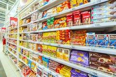 Samara March 2019: una grande selezione dei biscotti nel centro commerciale immagine stock