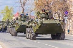 Samara, mayo de 2018: Vehículo blindado de transporte de personal BTR-82 en un día soleado del verano imagenes de archivo