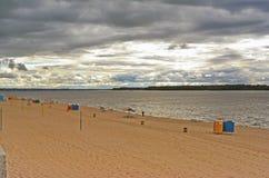 Samara, plage de ville sur les rivages de la Volga au jour nuageux avant pluie Photos stock