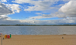 Samara, plage de ville sur les rivages de la Volga au jour nuageux avant pluie Images libres de droits