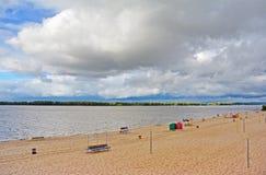Samara, plage de ville sur les rivages de la Volga au jour nuageux avant pluie Images stock