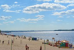 Samara, praia da cidade nas costas do Rio Volga Nuvens de cumulus bonitas fotos de stock royalty free