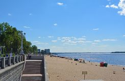 Samara, praia da cidade nas costas do Rio Volga Nuvens de cumulus bonitas foto de stock royalty free