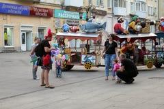 Samara, Rússia - 21 de agosto de 2014: animador com os balões para o qui Imagem de Stock Royalty Free
