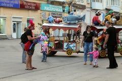 Samara, Rússia - 21 de agosto de 2014: animador com os balões para o qui Imagem de Stock