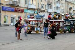 Samara, Rússia - 21 de agosto de 2014: animador com os balões para o qui Foto de Stock