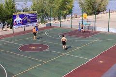Samara, Rússia - 23 de agosto de 2014: desconhecido no campo de jogos pl Imagem de Stock