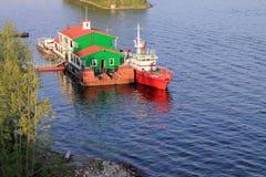 Samara, Rússia - 15 de agosto de 2014: o Rio Volga Floatin dos barcos Fotos de Stock Royalty Free