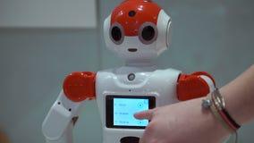 Samara, Rússia - 30 de dezembro de 2016: cidade do robô cidade do robô - exposição científica interativa dos robôs filme