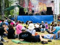 Samara, Rússia - em julho de 2016 Os participantes do festival de Grushinsky olham a cena Fotografia de Stock