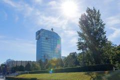 Samara, Rússia - em junho de 2017: o prédio de escritórios da empresa petrolífera Rosneft do russo é uma companhia do gás integra fotos de stock royalty free