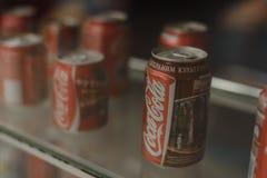 Samara R?ssia 04 30 2019: latas do metal da coca-cola atr?s da janela Museu da coca-cola fotos de stock royalty free