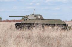2018-04-30 Samara Region, Ryssland Sovjetisk behållaremodell T-34-76 På slagfältet Rekonstruktion av hostiliteter i April 1945 Royaltyfria Bilder