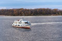 SAMARA ROSJA, PAŹDZIERNIK, - 12, 2016: Wycieczka silnika statku ` OM-338 ` na Volga rzece w jesień wieczór Zdjęcia Stock