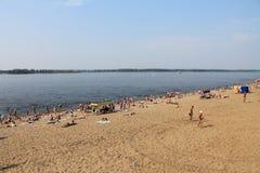 Samara Rosja, Sierpień, - 15, 2014: plaża przy rzecznym Volga Zdjęcia Royalty Free