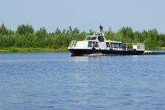 Samara Rosja, Sierpień, - 06, 2016 rzeczny odprowadzenie mała łódka wewnątrz Zdjęcia Stock