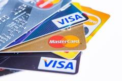 Samara, Rusia 3 de febrero de 2015: El estudio del primer tiró de las tarjetas de crédito publicadas por las tres marcas principa Foto de archivo libre de regalías