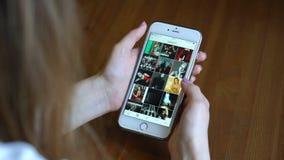 Samara, Rusia - 6 de marzo de 2018: La mujer mira el instagram Taylor Swift en su iPhone almacen de video