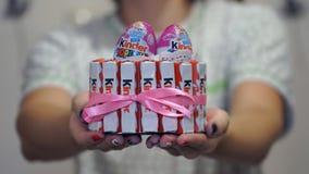 Samara, Rusia - 30 de septiembre de 2016: Un chocolate más bueno es uno de los dulces de los niños populares Madre joven cocinada Fotos de archivo libres de regalías