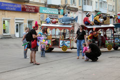 Samara, Rusland - Augustus 21, 2014: animator met ballons voor chi Royalty-vrije Stock Afbeelding