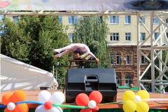 Samara, Rusland - Augustus 24, 2014: een onbekende perfor van de meisjesturner Royalty-vrije Stock Foto