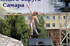 Samara, Rusland - Augustus 24, 2014: een onbekende perfor van de meisjesturner Stock Foto's