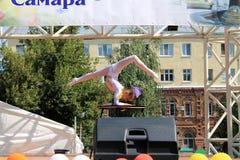 Samara, Rusland - Augustus 24, 2014: een onbekende perfor van de meisjesturner Stock Afbeeldingen