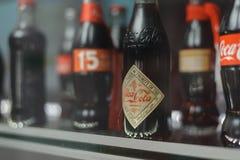 Samara Rusland 04 30 2019: glasfles coca-cola achter de showcase Coca-colamuseum royalty-vrije stock afbeeldingen