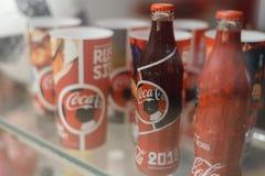 Samara Rusland 04 30 2019: glasfles coca-cola achter de showcase Coca-colamuseum stock afbeelding