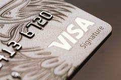 Samara, 25 Rusland-Juli 2016: De creditcardclose-up van de visumhandtekening Stock Afbeeldingen